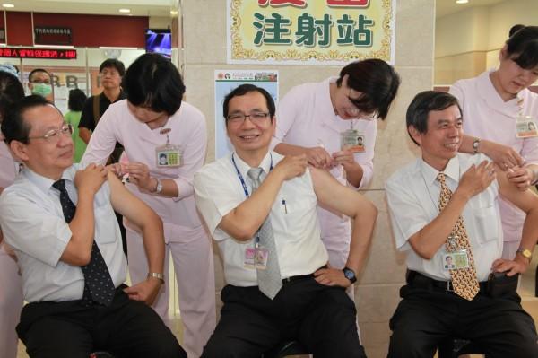 成大醫院感管中心主任劉清泉(右2坐者)建議民眾自費打四價流感疫苗,對B型流感才有防疫力。(資料照,記者王俊忠翻攝)