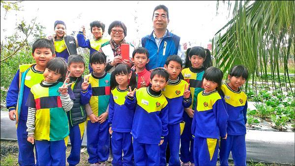 官田國小捐出義賣「官甜米」的所得給北台南家扶中心。(記者劉婉君攝)