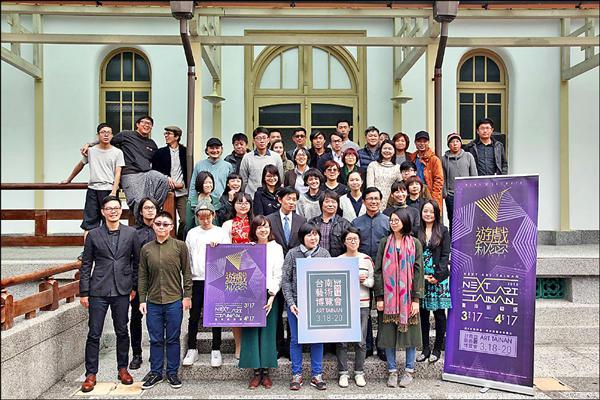 台南新藝獎今年投件作品高達175件,包含平面、立體、錄像和裝置等相當多元,文化局產官學專家,選出20位年輕藝術家作品,3月時在台南各地展出。(記者王捷攝)