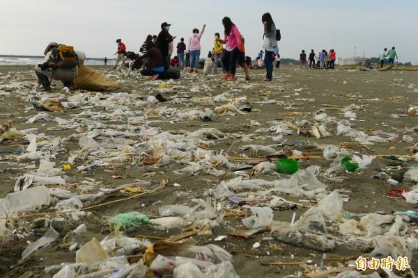 世界經濟論壇警告,由於人類塑膠製品產量遽增,屆時到了2050年,全球海洋裡的塑膠垃圾重量將比魚還多。(資料照,記者蔡文居攝)