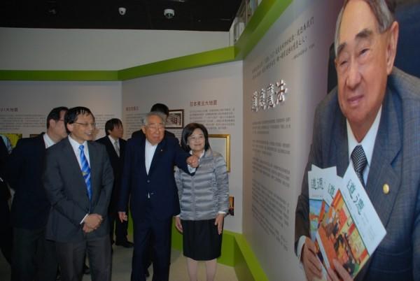 長榮集團總裁張榮發(右2)民國102年12月9日出現在海大校史博物館,親自導覽解說。(圖為海洋大學提供)