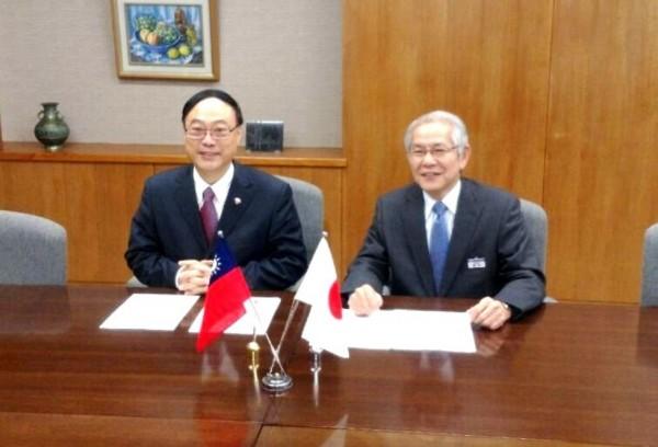 台鐵在1月21日與日本鐵道總研簽署「技術合作協議」,未來雙方將會進行鐵道技術交流。(台鐵提供)
