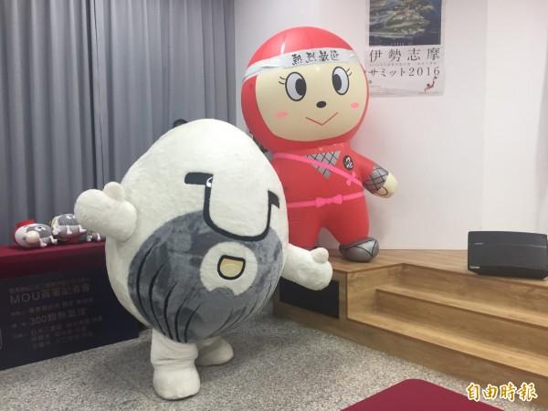 台東米粒大叔與日本伊賀市吉祥物相見歡。(記者張存薇攝)