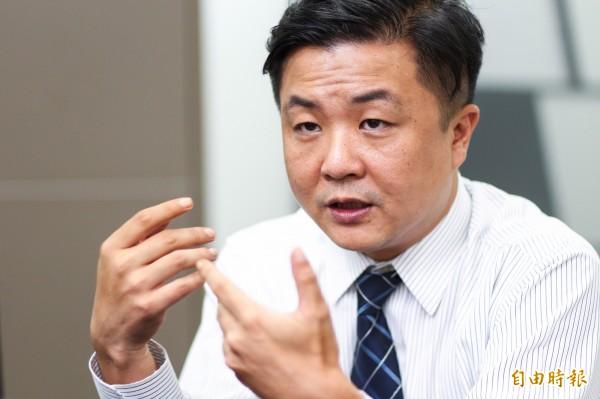 常對時事發表意見的律師呂秋遠也被中國網友私訊謾罵,只是對方竟然說「你爸爸是處男」,讓呂秋遠哭笑不得。(資料照,記者王文麟攝)