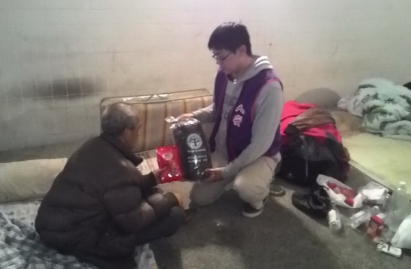 寒流來襲 ,人安基金會啟動防寒機制,發送街友睡袋、熱食。 (記者蔡文居翻攝)