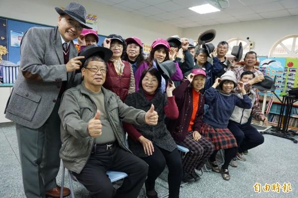 中山附醫安寧緩和病房主任周希諴推動老人載帽子習慣,送帽子給社區老人戴得開心。(記者蔡淑媛攝)