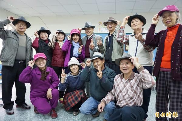 中山附醫安寧緩和病房主任周希諴推動老人載帽子習慣,社區長者戴上帽子變年輕很開心。(記者蔡淑媛攝)