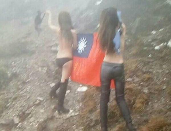 寒流來襲,但合歡山有辣妹不畏刺骨寒風及低溫,半裸與國旗合照。(民眾提供)