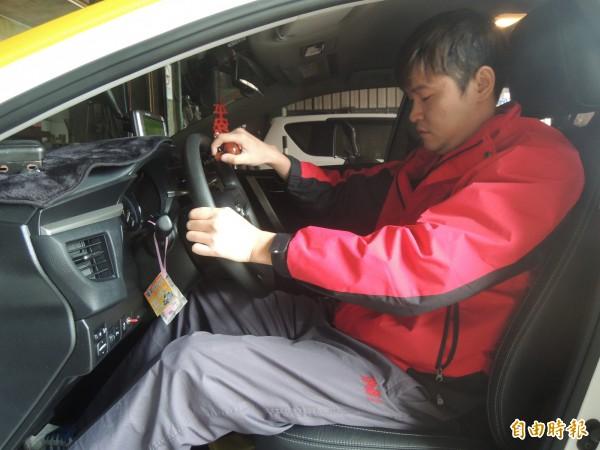古家禧今年成為計程車司機的一員,但因受傷後與社會脫節了11年多,正努力熟悉路況,請客人多包涵。(記者廖雪茹攝)