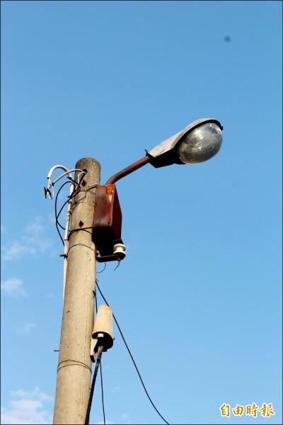 傳統的水銀燈耗電量大。(記者詹士弘攝)