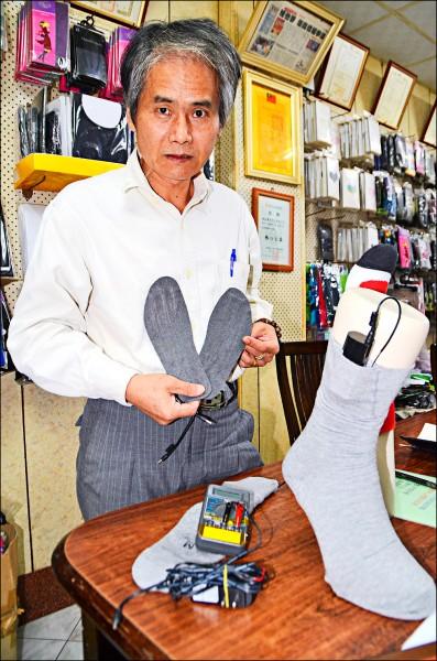 社頭織襪業者研發電暖襪,腳底熱呼呼,一雙新台幣3000元。(記者顏宏駿攝)