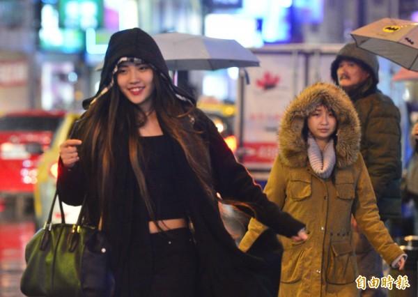 今天晚上寒流報到,加上華南雲雨區東移,明天各地又濕又冷,氣象局已發布低溫特報。(記者王藝菘攝)