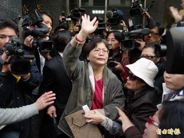 前交通部長郭瑤琪被控收賄遭判刑八年定讞,並於前年一月八日入監服刑,圖為她含淚和支持者揮手到別。上週郭瑤琪因罹癌身體狀況不佳而申請保外就醫獲准。(資料照,記者林俊宏攝)