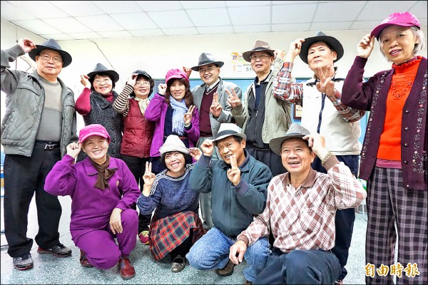 中山附醫安寧緩和病房主任周希諴推動老人戴帽子習慣,社區長者戴上帽子變年輕很開心。(記者蔡淑媛攝)