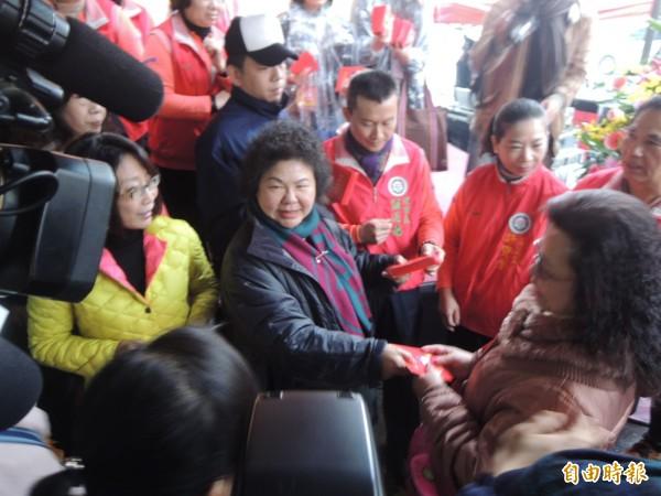 高雄市長陳菊今中午在三鳳中街發紅包。(記者王榮祥攝)