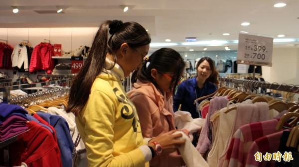 NET岡山店今天上午封館2小時,讓北高雄家扶中心弱勢孩童安心採購衣服。(記者蘇福男攝)