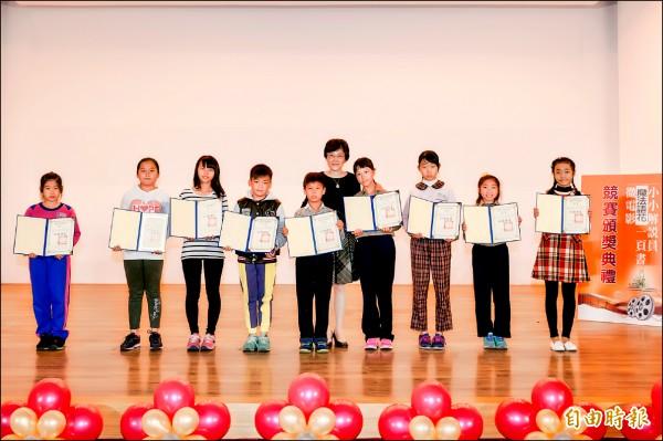 教育局長表揚本土語言創作競賽優勝者。(記者黃文鍠攝)