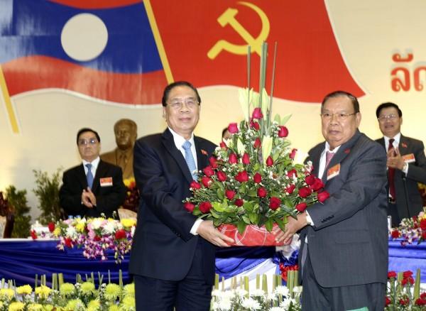 寮國人民革命黨22日選舉沃拉吉(右)為新任總書記,由於沃拉吉與越南淵源深厚,未來寮國可能因此疏遠中國,而更親近越南。(歐新社)