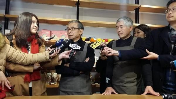 導演吳念真(左二)和柯一正(右三)今天為「123無家者人權尾牙音樂會」下廚,做菜給街友朋友。(圖擷自「人生百味」臉書)
