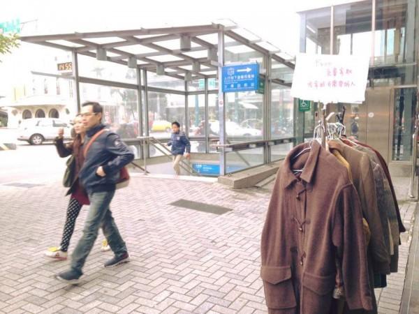 爆料公社湧入各地民眾的善行義舉貼文,台南火車站一竿衣服任街友拿。(擷取自爆料公社)