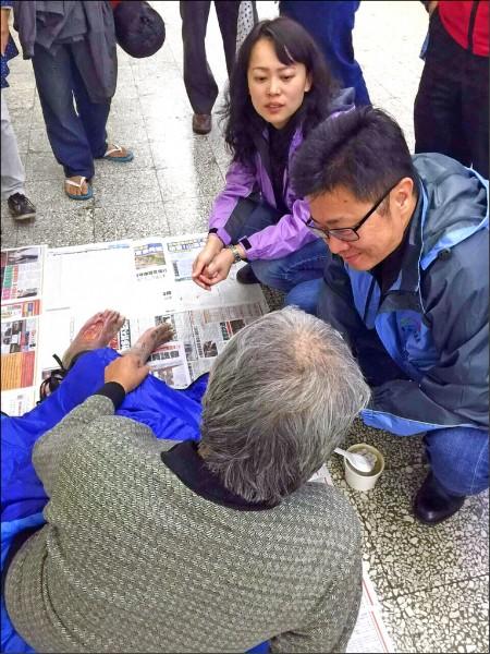 社會局長呂建德(中)親自訪視街友。(社會局提供)