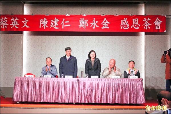 民進黨總統當選人蔡英文(中)、副總統當選人陳建仁(左2),今天到新竹縣謝票舉辦感恩茶會,謝謝所有後援會。(記者黃美珠攝)