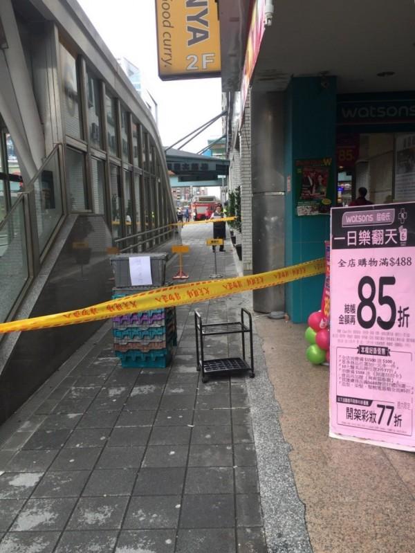 下午南京東路3段一棟大樓磁磚剝落,砸傷1名逛街的妙齡女子。(記者姚岳宏翻攝)民眾提供
