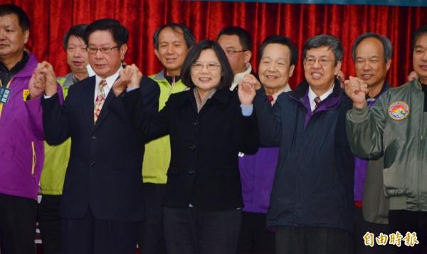 蔡英文(前排中)和陳建仁(前排右二),在南投感恩茶會大喊台灣加油。(記者陳鳳麗攝)