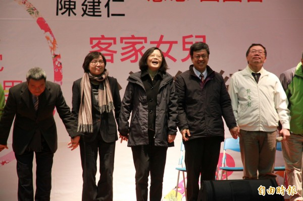 總統、副總統當選人蔡英文與陳建仁,24日到頭份國中向苗栗鄉親謝票。(記者鄭鴻達攝)
