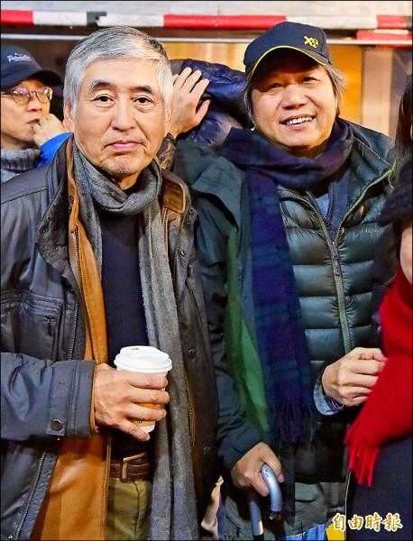 導演柯一正(左)、吳乙峰(右)出席音樂會為街友打氣加油。(記者王文麟攝)