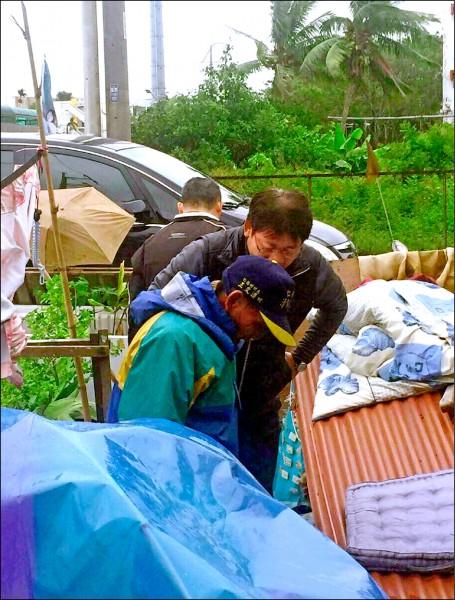 蔡姓街友平時都睡在仁德運動公園內,被緊急安置於臨時收容室。(記者吳俊鋒翻攝)