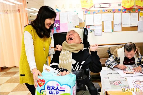全聯慶祥慈善事業基金會執行長張宜君(左),探視受捐助的個案。(記者王憶紅攝)