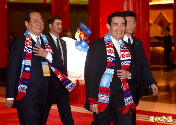 總統府秘書長曾永權(左)昨奉馬總統指示,就與政權交接小組等議題,在台北賓館與總統當選人蔡英文的代表交換意見。(記者羅沛德攝)