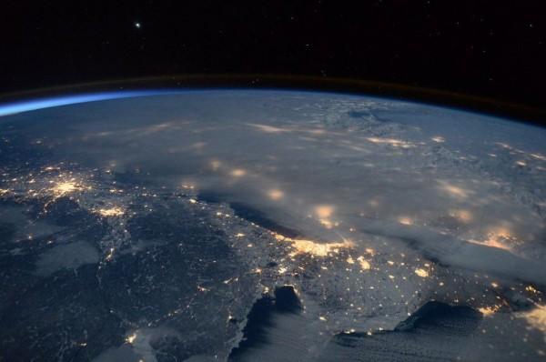 紐約、華盛頓特區、費城等地皆被強大的風暴系統壟罩,在厚重雲層下僅透出微微燈光,相較美國東岸,加拿大的蒙特婁、多倫多上空雲層稀薄。(圖擷取自Scott Kelly推特)
