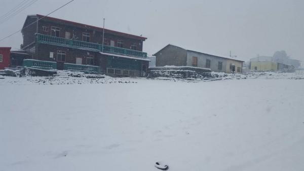 宜蘭縣大同鄉降雪,四季國小考量安全因素,宣布明日停班停課。(公路總局提供)
