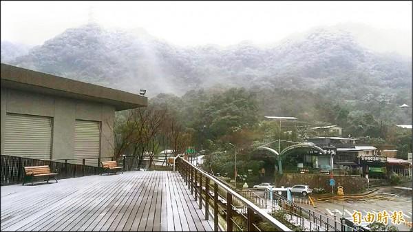 貓空降雪,護欄、平台等均積雪,山頭則霧朦朧。(記者何世昌攝)