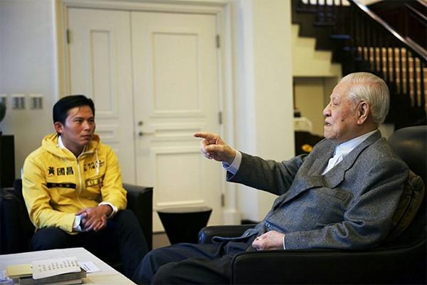 時代力量在去年十月底立委選舉期間,黨主席黃國昌與各立委候選人,就曾到翠山莊拜會李登輝。(時代力量提供)