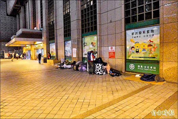 台北地下街旁的台北車站,也常見街友流連駐足。 (記者王冠仁攝)