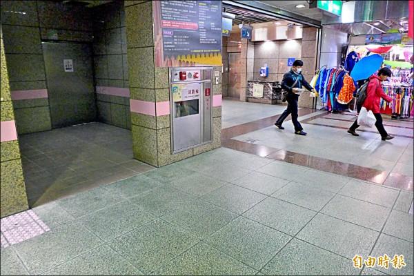 台北地下街內有不少陰暗角落,街友為躲避異樣眼光,經常棲息其中。(記者王冠仁攝)