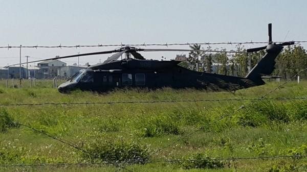 迫降的黑鷹直升機。(民眾提供)