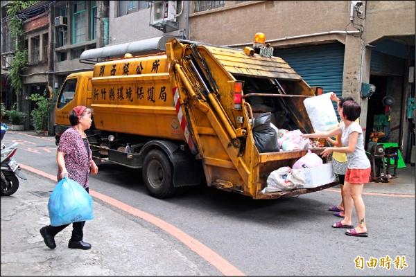 農曆春節期間,新竹縣將從2月8日到2月11日統一停收的垃圾。(記者黃美珠攝)