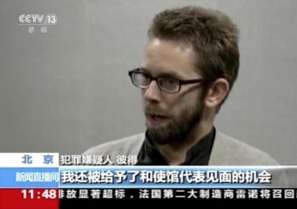 中國央視播1月19日晚間播出瑞典維權人士達林的自白影片。達林在鏡頭前道歉,承認自己培訓無照律師、煽動對政府的不滿,「明確違返中國法律」。(美聯社)