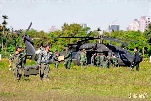 黑鷹直升機「迫降」台中南屯區重劃區空地。(記者廖耀東攝)