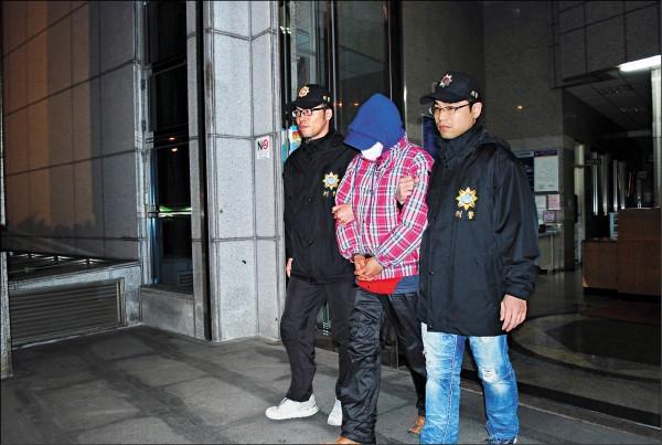 19年前台北市文山區一間電腦公司發生強盜殺人案,經警方重啟調查,比對現場留下一枚血指紋,終於逮到殺人兇手饒瑞翔(中)。(記者姚岳宏翻攝)