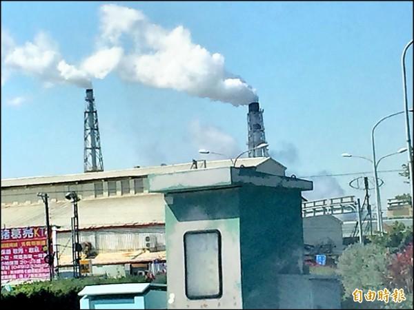 台化彰化廠兩根大煙囪,氣溫越低白煙越濃密,民眾質疑廠方偷排廢氣,廠方喊冤絕對沒有偷排。(記者張聰秋攝)