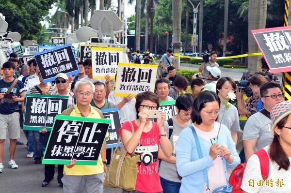 圖為去年八月反黑箱課綱支持民眾前往教育部集結,高喊「挺學生護民主!」更要教育部長吳思華下台!(資料照,記者王藝菘攝)