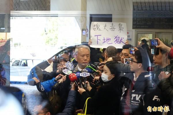 今天頂新劣油案於台中高分院進行二審,頂新前董事長魏應充罕見接受媒體訪問,說到自己受了很多委屈,並相信公司的油是沒有問題的。 (記者廖耀東攝)