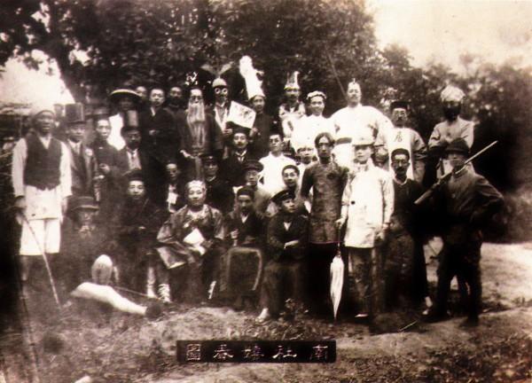 一張攝於1914年的古老照片顯示,當年的仕紳階級也喜歡角色扮演,其中還包含前副總統連戰的祖父連橫(前排右四),他更男扮女裝成貴婦人家。(中央社)