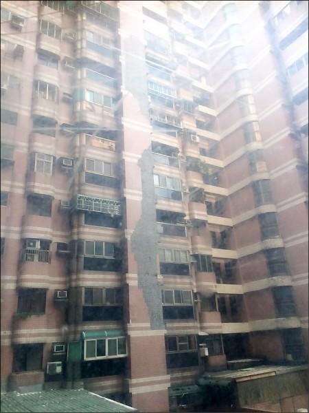 桃園區中平路社區大樓內部,磁磚也是大面積掉落。 (記者鄭淑婷翻攝)