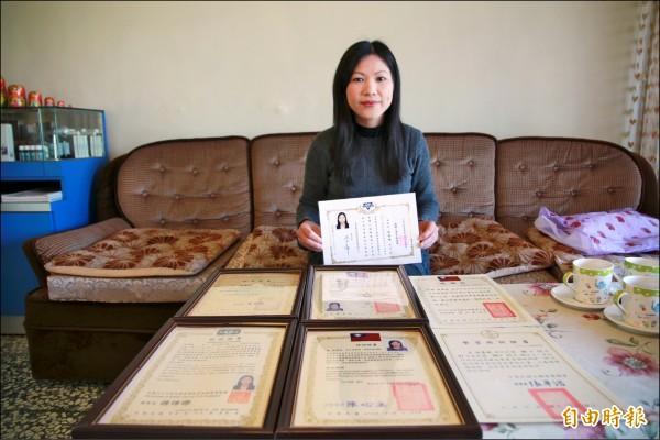 越南籍通譯徐蕙珮突破諸多困境,努力進修考取多張證照,並反過來協助新住民適應台灣社會。(記者鄭鴻達攝)